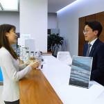 [이미지자료] 도이치모터스 BMW 잠실전시장에서 소다스트림 제품을 체험하고 있는 고객