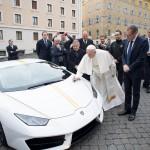 프란치스코 교황을 위한 '우라칸 RWD 스페셜 에디션', 경매 통해 자선단체 기부