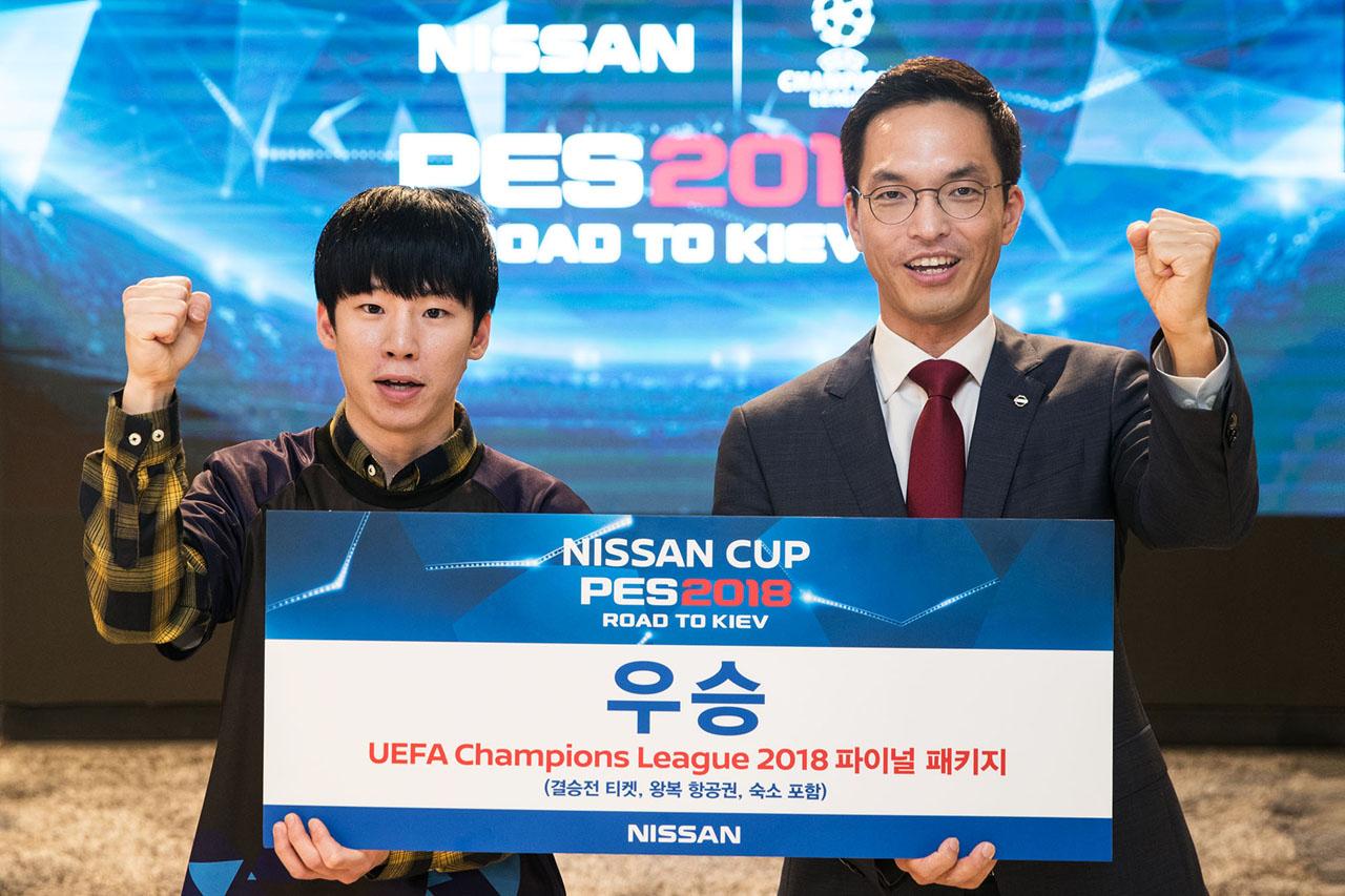 닛산_UEFA 이벤트1_송영우 선수(좌), 한국닛산 허성중 대표(우)