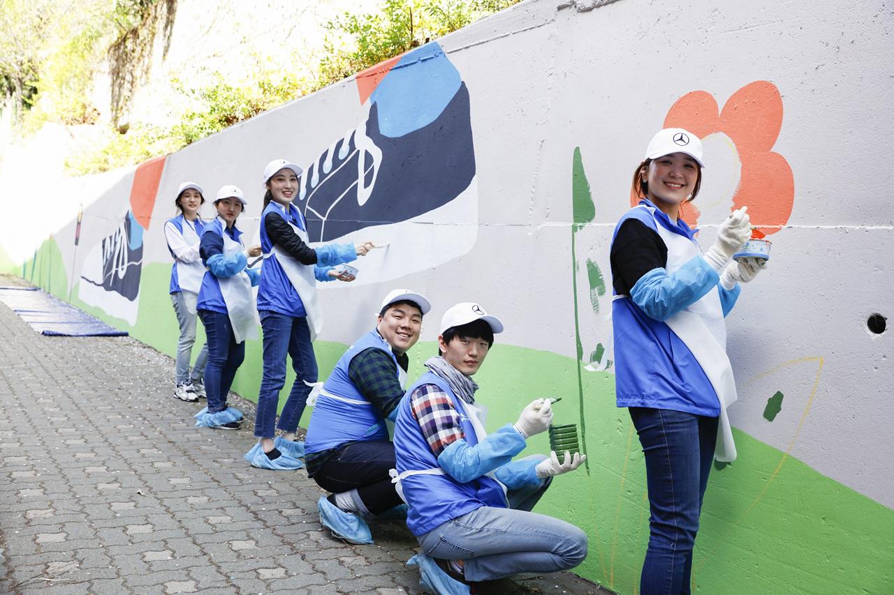 [사진 3] 메르세데스-벤츠와 함께하는 '안심 학교 담벼락' 벽화 그리기 봉사활동