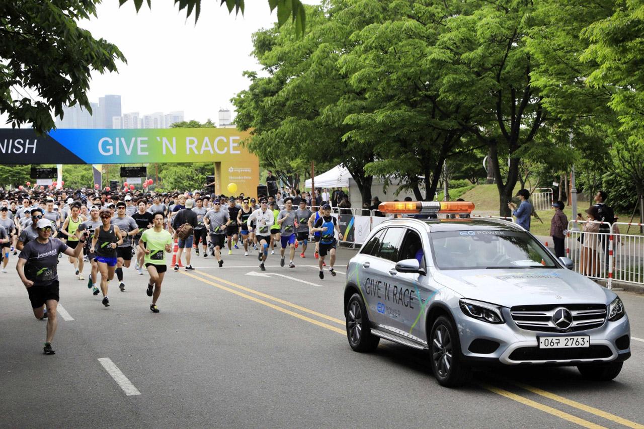 [사진1] 리드 차량을 선두로 참가자들 출발
