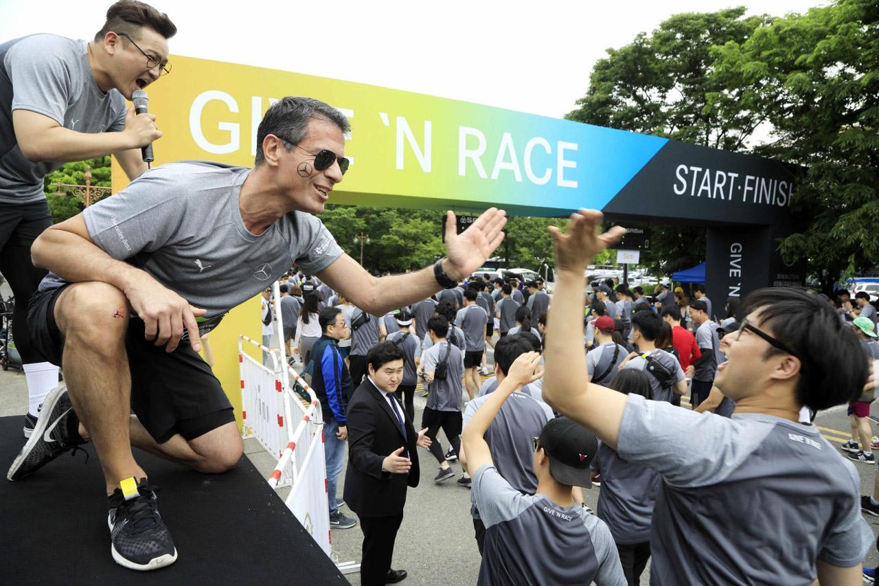 [사진3] 달리는 참가자들과 하이파이브
