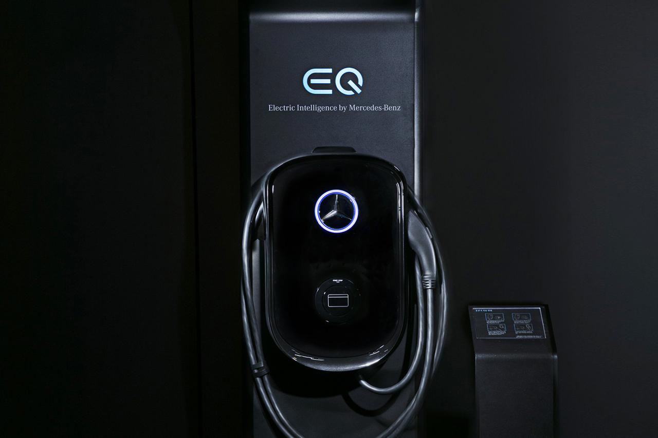 [사진 2] 메르세데스-벤츠 코리아의 EQ 차량용 충전기 및 스탠드