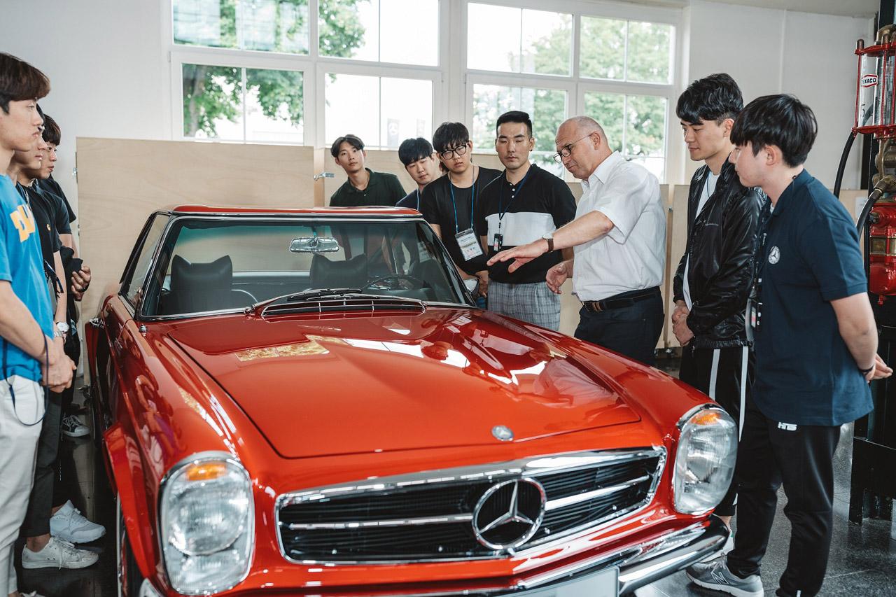 [사진 3] 메르세데스-벤츠 클래식 센터에서 클래식 차량을 살펴보는 학생들
