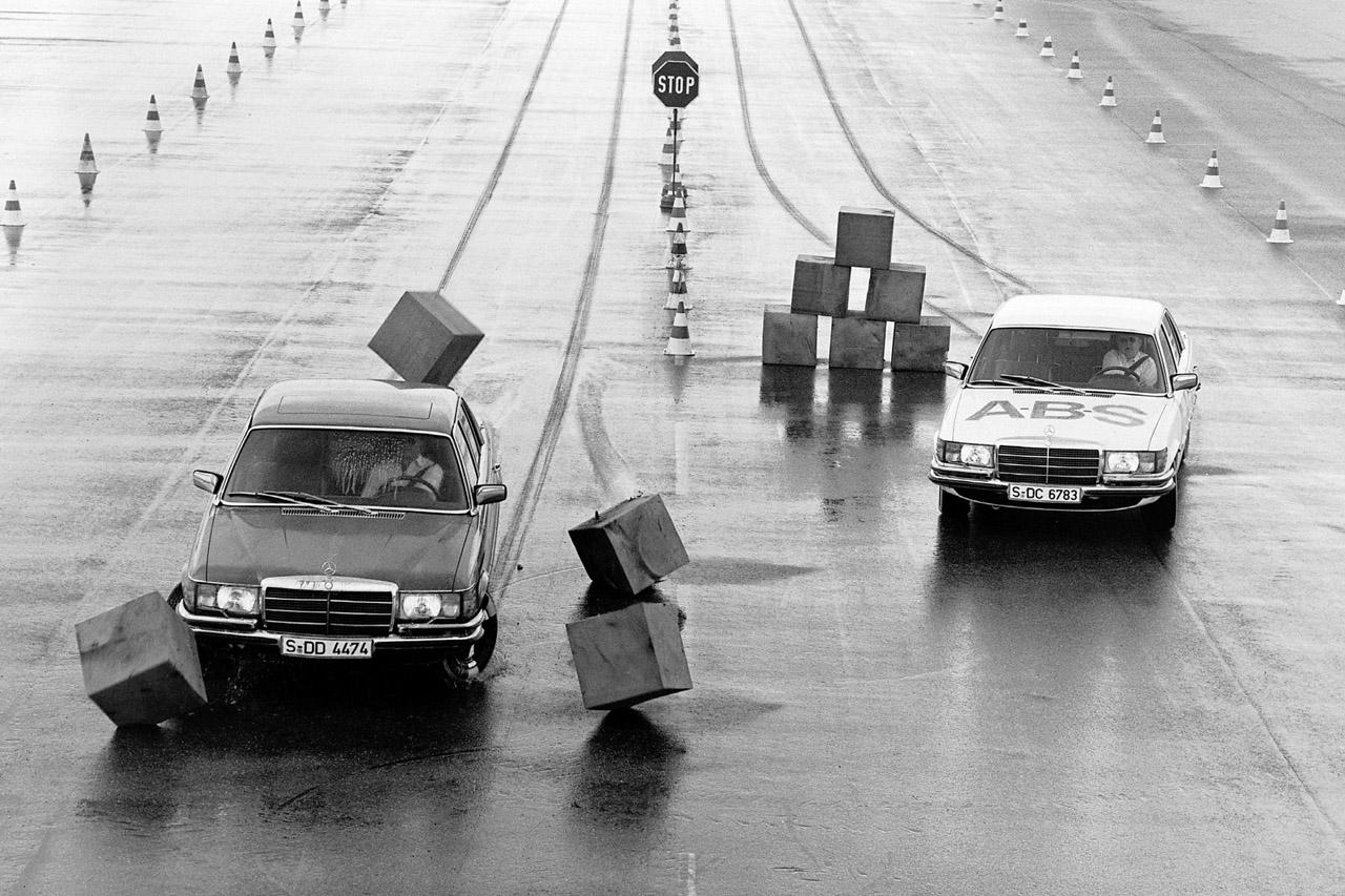 사진2-독일 운터튀르하임에서 테스트 중인 ABS 적용 및 미적용 S-클래스(W116) 모델