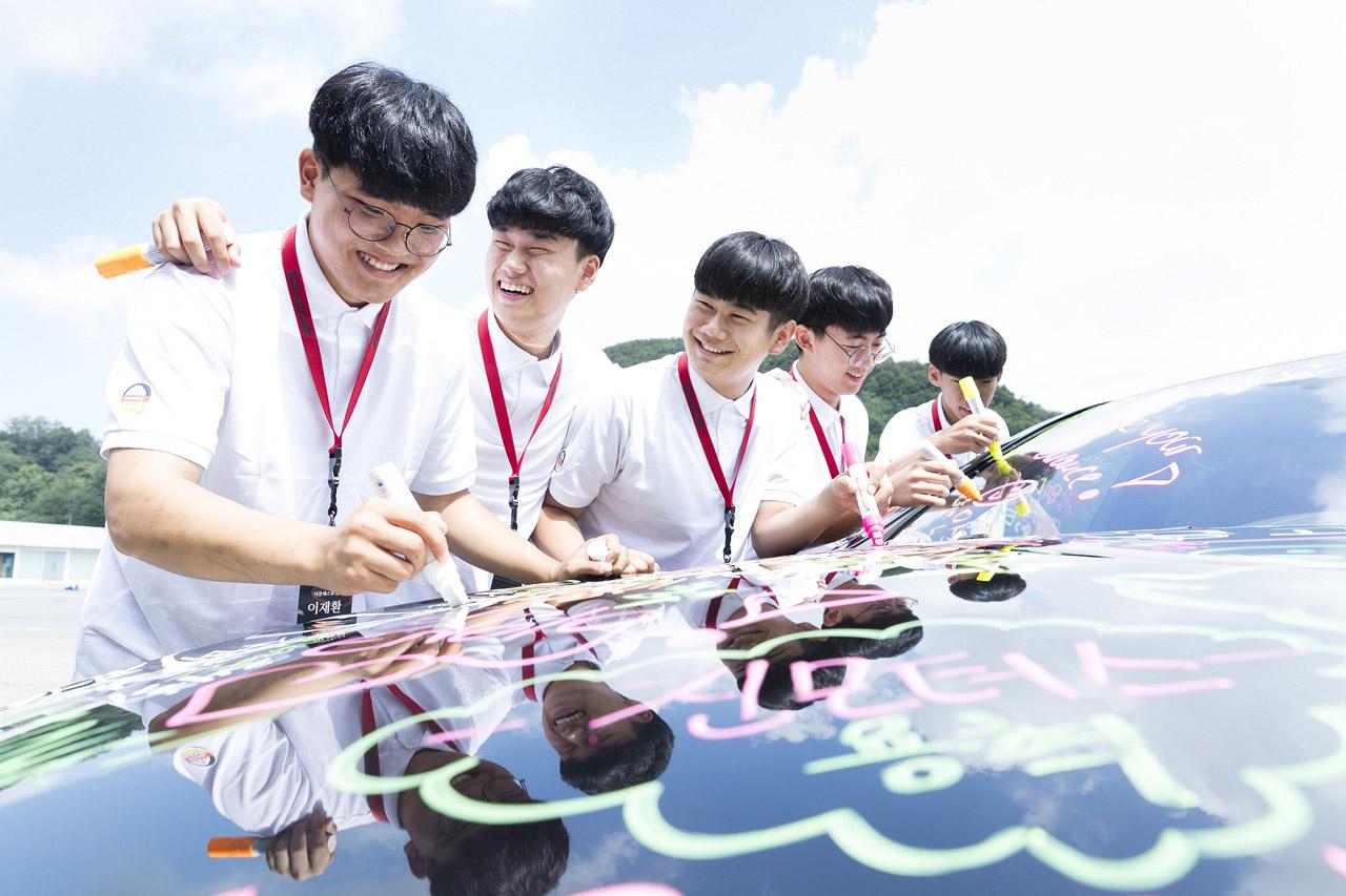 [사진2] 아우스빌둥 트레이니들이 메르세데스-마이바흐 S-클래스 차량에 자신의 다짐을 적는 모습