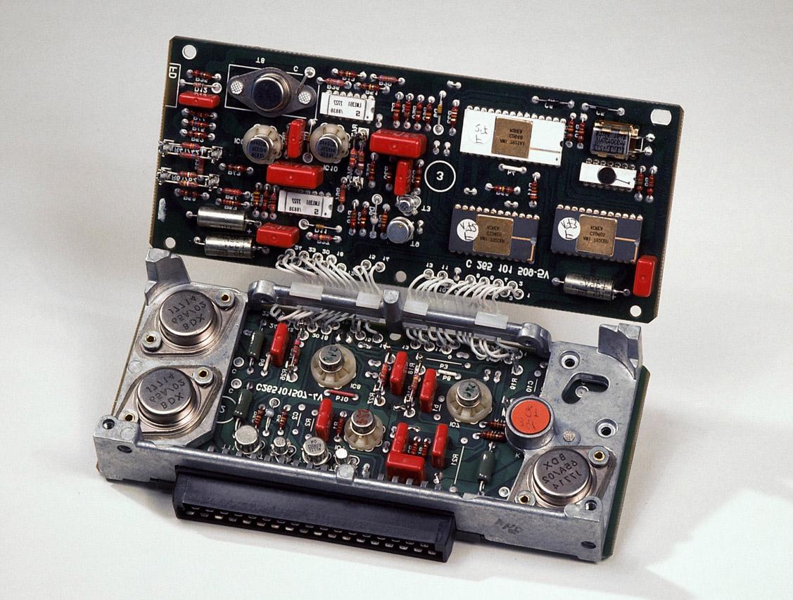 사진3-다임러-벤츠와 보쉬가 개발한 ABS의 전자 제어 유닛