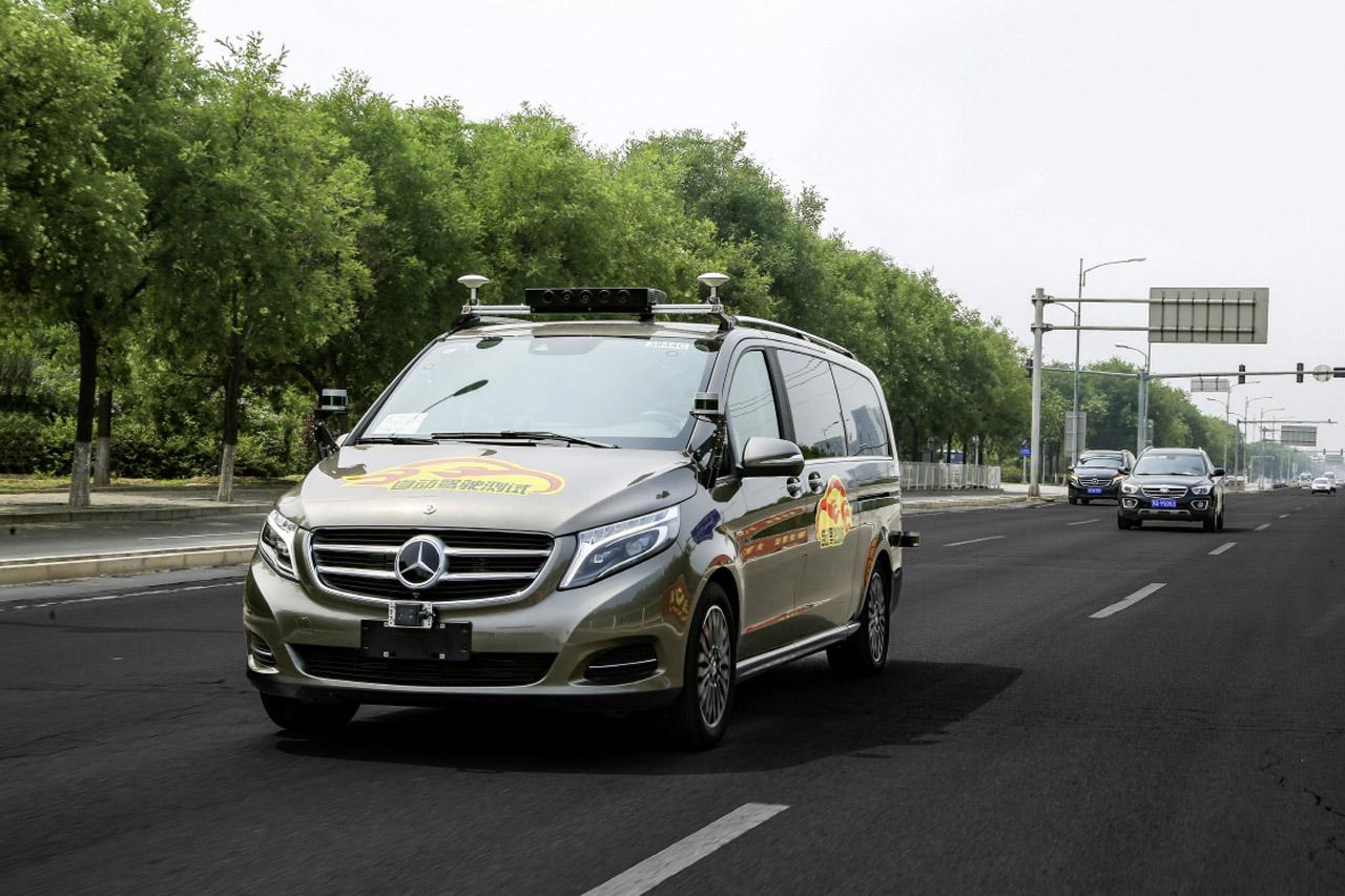사진5-베이징에서 시험 주행 중인 V-클래스
