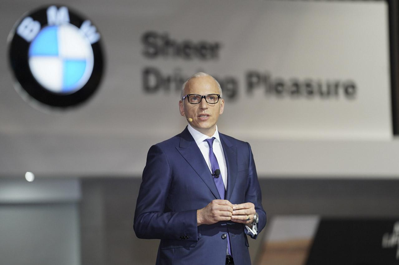 사진 1 -  BMW 그룹 보드멤버, BMW 브랜드 및 세일즈, 애프터세일즈 총괄 피터 노타(Pieter Nota)가 2019 서울모터쇼에서 스피치를 하고 있다