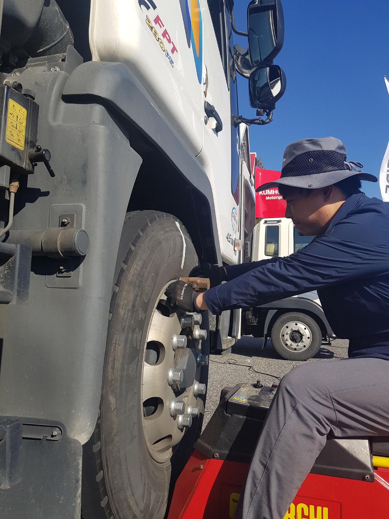 [사진1]금호타이어_트럭버스용 타이어 고속도로 안점점검 캠페인