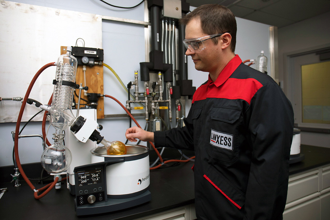 [이미지] 랑세스가 자동차 및 고성능 엔진오일용 유기윤활유 첨가제 '애디틴 RC 3502'를 출시한다