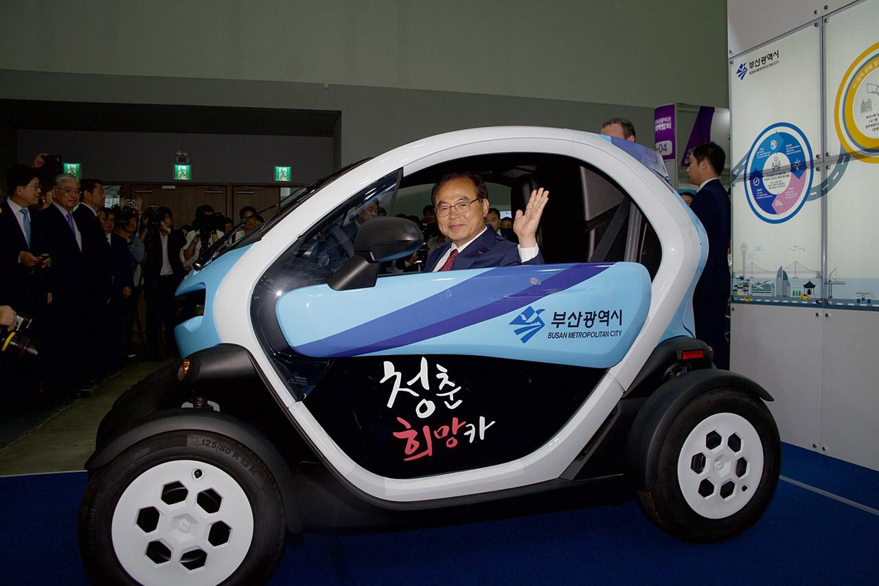 [사진] 르노삼성자동차, 2019 부산 일자리 박람회에서 트위지 전달 02