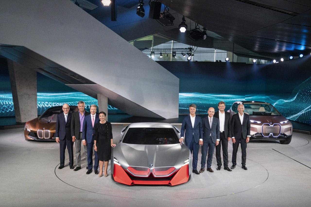 사진1-BMW 그룹 하랄드 크루거 회장을 비롯한 보드멤버들이 BMW Vision M NEXT 앞에서 포즈를 취하고 있다