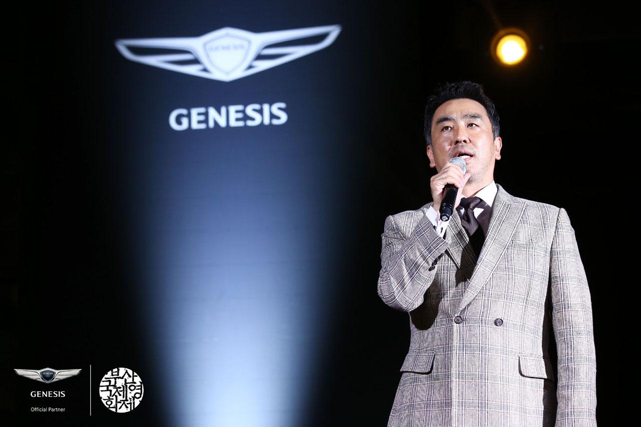 사진4_영화 극한직업의 배우 류승룡이 BIFF NIGHT에서 축사를 하고 있다