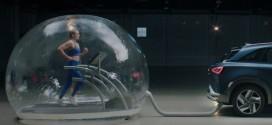 현대차, 넥쏘 배기구와 연결된 공기 튜브 안에 사람 투입해 친환경 차량 입증