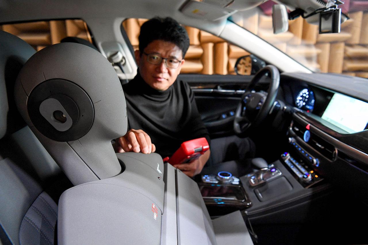 (사진2) NVH리서치랩 이강덕 연구위원이 제네시스 G90차량으로 RANC기술을 테스트하는 모습