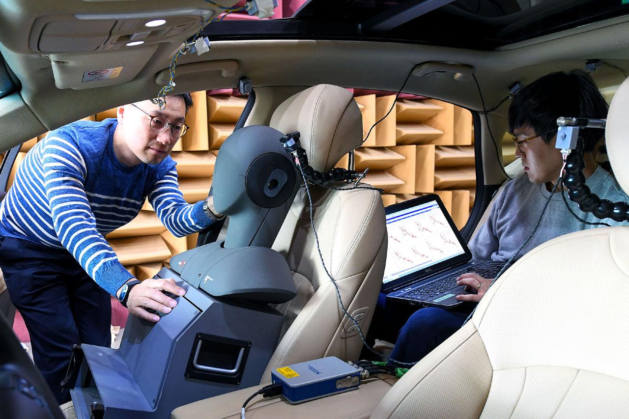(사진3) 연구원들이 제네시스 G80차량으로 RANC기술을 테스트하는 모습