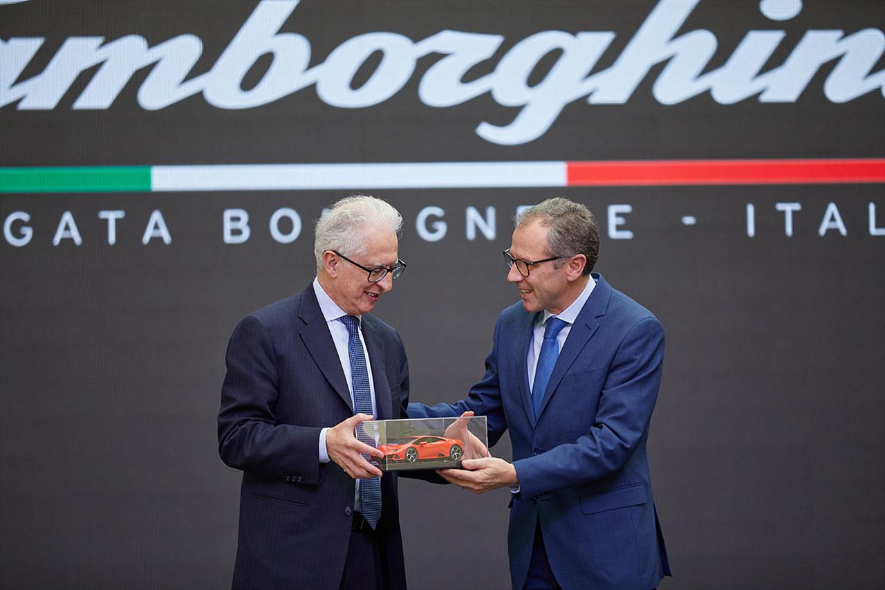 [참고사진] 스테파노 도메니칼리 오토모빌리 람보르기니 회장 겸 CEO의 이탈리아 대사 모델카 전달식