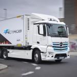 """메르세데스-벤츠 대형 순수 전기 트럭 e악트로스(eActros), 1년 간의 유럽 시범 운영으로 배기 가스 없는 운송에 """"그린"""" 신호 밝혀"""