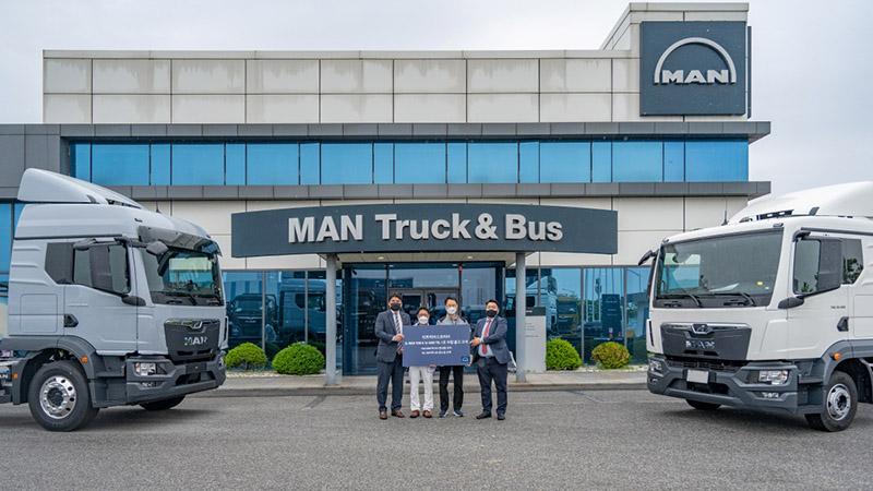 [참고사진] 만트럭버스코리아_뉴 MAN TGM 및 TGL 1호차 고객에게 전달하며 판매 박차